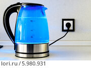 Купить «Синий прозрачный электрический чайник», фото № 5980931, снято 3 мая 2014 г. (c) Константин Лабунский / Фотобанк Лори