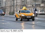 Купить «Новое желтое такси двигается по Большому Каменному Мосту», эксклюзивное фото № 5981679, снято 6 июня 2014 г. (c) lana1501 / Фотобанк Лори