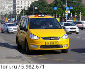 Купить «Желтое такси ждет пассажиров на улице Крымский вал, Москва», эксклюзивное фото № 5982671, снято 2 июня 2014 г. (c) lana1501 / Фотобанк Лори