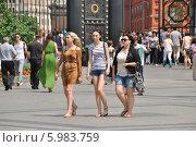 Купить «Красивые девушки гуляют в Александровском саду летним солнечным днем», эксклюзивное фото № 5983759, снято 7 июня 2014 г. (c) lana1501 / Фотобанк Лори