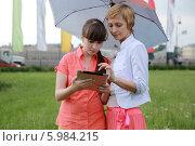 Мама и дочка смотрят в планшет (2014 год). Стоковое фото, фотограф Dmitriy Zakharov / Фотобанк Лори