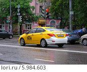 Купить «Автомобиль желтое такси двигается по дороге, Москва», эксклюзивное фото № 5984603, снято 29 мая 2014 г. (c) lana1501 / Фотобанк Лори