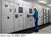Купить «Электрик на заводе за работой», фото № 5985551, снято 11 февраля 2014 г. (c) Игорь Дашко / Фотобанк Лори