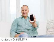 Купить «Позитивный мужчина показывает пустой черный экран смартфона», фото № 5988847, снято 22 февраля 2014 г. (c) Syda Productions / Фотобанк Лори