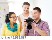 Купить «Молодые девушки смотрят на экран фотокамеры, оценивая работу фотографа», фото № 5988887, снято 17 мая 2014 г. (c) Syda Productions / Фотобанк Лори