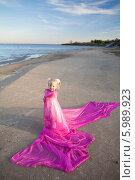 Купить «Девочка закуталась в розовую ткань и стоит на пляже», фото № 5989923, снято 26 сентября 2010 г. (c) Владимир Сурков / Фотобанк Лори