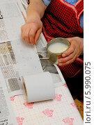 Купить «Наклейка семян моркови на туалетную бумагу для последующей посадки на грядку», фото № 5990075, снято 18 апреля 2006 г. (c) Андрей Забродин / Фотобанк Лори