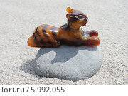 Купить «Янтарный тигр на камне», эксклюзивное фото № 5992055, снято 4 июня 2014 г. (c) Ната Антонова / Фотобанк Лори