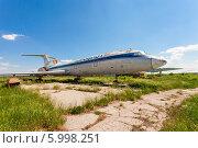 Старый самолет Ту-154 на заброшенном аэродроме. Редакционное фото, фотограф FotograFF / Фотобанк Лори