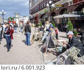Купить «Уличный художник на улице Арбат», эксклюзивное фото № 6001923, снято 12 июня 2014 г. (c) Виктор Тараканов / Фотобанк Лори
