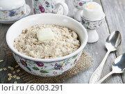 Купить «Овсянка с маслом и куриные яйца на деревянном столе», фото № 6003291, снято 12 июня 2014 г. (c) Надежда Мишкова / Фотобанк Лори