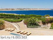 Вид на бассейн, море и лестницу на Египетском курорте. Стоковое фото, фотограф Natalia Bogdanova / Фотобанк Лори