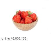 Купить «Спелые ягоды клубники в деревянной тарелочке на белом фоне», фото № 6005135, снято 13 июня 2014 г. (c) Баевский Дмитрий / Фотобанк Лори