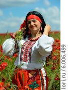Купить «Украинка в вышитой одежде стоит в поле маков», фото № 6006499, снято 12 июня 2014 г. (c) Эдуард Кислинский / Фотобанк Лори