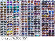 Купить «Летняя сезонная уличная торговля солнцезащитными очками», фото № 6006951, снято 16 мая 2014 г. (c) Владимир Сергеев / Фотобанк Лори