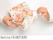 Купить «Передача денег из рук в руки», эксклюзивное фото № 6007835, снято 14 июня 2014 г. (c) Яна Королёва / Фотобанк Лори