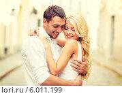 Купить «Романтическая встреча молодой пары в городе», фото № 6011199, снято 14 июля 2013 г. (c) Syda Productions / Фотобанк Лори