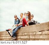 Купить «Группа тинеджеров на улице с магнитолой», фото № 6011527, снято 20 июля 2013 г. (c) Syda Productions / Фотобанк Лори