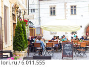 Уличный ресторан с зонтиками в Клуж-Напока (2014 год). Редакционное фото, фотограф Ольга Марк / Фотобанк Лори