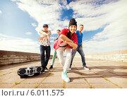 Купить «Танцы на улице. Группа друзей танцует под магнитолу», фото № 6011575, снято 20 июля 2013 г. (c) Syda Productions / Фотобанк Лори