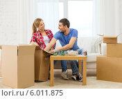Купить «Новоселье. Мужчина женщина распаковывают многочисленные коробки в новой квартире», фото № 6011875, снято 26 января 2014 г. (c) Syda Productions / Фотобанк Лори
