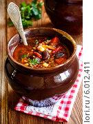 Купить «Острый томатный суп с чили перцем и фасолью в керамическом горшочке», фото № 6012411, снято 12 июня 2014 г. (c) Лариса Дерий / Фотобанк Лори