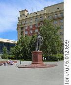 Купить «Памятник архитектору А.Д. Крячкову в Новосибирске», фото № 6012699, снято 13 июня 2014 г. (c) Григорий Писоцкий / Фотобанк Лори