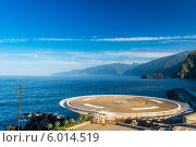 Посадочная площадка для вертолёта на фоне морского пейзажа. Стоковое фото, фотограф Ilya Druzhinin / Фотобанк Лори