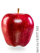 Купить «Красное спелое яблоко», фото № 6017163, снято 1 июня 2014 г. (c) Константин Лабунский / Фотобанк Лори