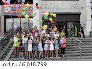 Купить «Балашиха, общая фотография класса начальной школы с шариками на улице», эксклюзивное фото № 6018799, снято 22 мая 2014 г. (c) Дмитрий Неумоин / Фотобанк Лори