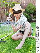 Купить «Прекрасная дачница в шляпе с веерными граблями в руках», фото № 6022859, снято 14 декабря 2019 г. (c) BE&W Photo / Фотобанк Лори
