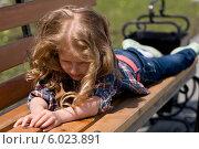 Ребенок лежит на скамейке, обиделся. Стоковое фото, фотограф Tanya Ischenko / Фотобанк Лори