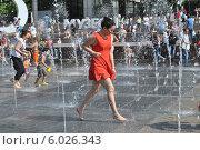 Купить «Счастливые и довольные люди бегают между струями воды фонтана на Крымской набережной в Москве», эксклюзивное фото № 6026343, снято 1 июня 2014 г. (c) lana1501 / Фотобанк Лори