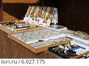 Купить «Продажа янтарных украшений на Куршской косе», эксклюзивное фото № 6027175, снято 2 мая 2014 г. (c) Шуньята Антонова / Фотобанк Лори
