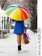 Купить «Девушка с покупками идет по улице под разноцветным зонтом», фото № 6029283, снято 17 октября 2018 г. (c) Яков Филимонов / Фотобанк Лори