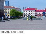 Люди гуляют в центре Минска (2014 год). Редакционное фото, фотограф Евгений Самсонов / Фотобанк Лори