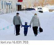 Пожилая супружеская пара ведёт за руки трёх-четырёх летнего мальчика. Стоковое фото, фотограф Маркин Роман / Фотобанк Лори