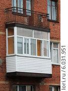 Пластиковый балкон в доме старой постройки. Стоковое фото, фотограф Михаил Хорошкин / Фотобанк Лори