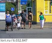 Купить «Люди переходят дорогу по пешеходному переходу на зеленый сигнал светофора, Первомайская улица, Москва», эксклюзивное фото № 6032847, снято 25 мая 2014 г. (c) lana1501 / Фотобанк Лори