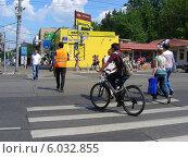 Купить «Люди переходят дорогу по пешеходному переходу на зеленый сигнал светофора, Первомайская улица, Москва», эксклюзивное фото № 6032855, снято 25 мая 2014 г. (c) lana1501 / Фотобанк Лори