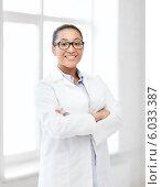 Купить «Молодая чернокожая женщина-врач в очках стоит, скрестив руки, в клинике», фото № 6033387, снято 1 августа 2013 г. (c) Syda Productions / Фотобанк Лори