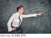 Злая учительница кричит и показывает рукой. Стоковое фото, фотограф Darkbird77 / Фотобанк Лори