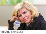 Купить «Портрет симпатичной блондинки средних лет в банковском офисе», фото № 6045055, снято 10 октября 2013 г. (c) Евгений Ткачёв / Фотобанк Лори