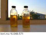 Бутылочки с анализами мочи на окошке ранним утром (2014 год). Стоковое фото, фотограф lana1501 / Фотобанк Лори