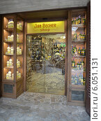 """Чехия. Магазин """"Jan Becher""""  в Карловых Варах (2014 год). Редакционное фото, фотограф Ирина Борсученко / Фотобанк Лори"""