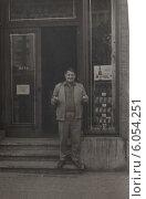 Купить «Мужчина перед входом в винный магазин. Германия, 1960-е годы.», фото № 6054251, снято 24 февраля 2019 г. (c) Retro / Фотобанк Лори
