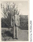 Купить «Портрет молодого мужчины в светлом костюме в саду летом», фото № 6054259, снято 13 июля 2020 г. (c) Retro / Фотобанк Лори