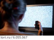 Купить «Женщина с пультом дистанционного управления перед телевизором», фото № 6055067, снято 2 мая 2014 г. (c) Данил Руденко / Фотобанк Лори