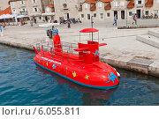 Купить «Туристическая прогулочная подводная лодка у набережной города Трогир, Хорватия», фото № 6055811, снято 16 июня 2014 г. (c) Иван Марчук / Фотобанк Лори