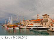 Купить «Яхты у набережной исторического центра г. Трогир, Хорватия (объект ЮНЕСКО)», фото № 6056543, снято 14 июня 2014 г. (c) Иван Марчук / Фотобанк Лори